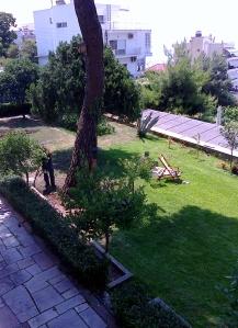 Olivia solar och trädgårdsmästaren arbetar ....