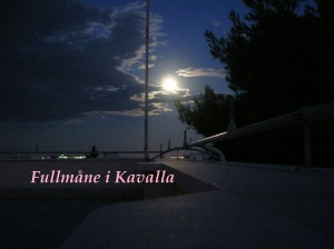 Fullmåne i Kavalla efter att mörkret fallit
