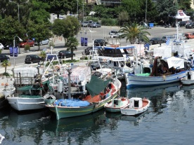 Fiskebåtar ligger vid kaj